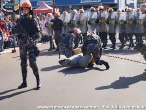 Desfile da Brigada Militar com demonstração de uma apreensão com a ajuda dos caẽs da corporação. Imagem colhida pelo jornalista fotográfico Julio Reinecken