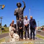 Autoridades posam junto a estátua em homenagem a Paixão Cortez