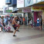 Pedestre demonstrando suas habilidades futebolísticas